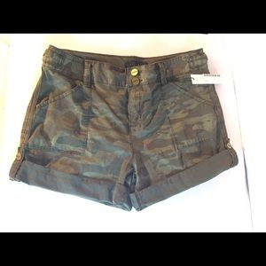 NWT Sanctuary green camo short flap back pockets